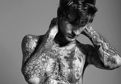 chico tatuado