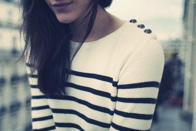 chica camiseta de rayas